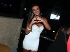 Nicole Bahls aposta em vestido curtinho para ir a show no Rio