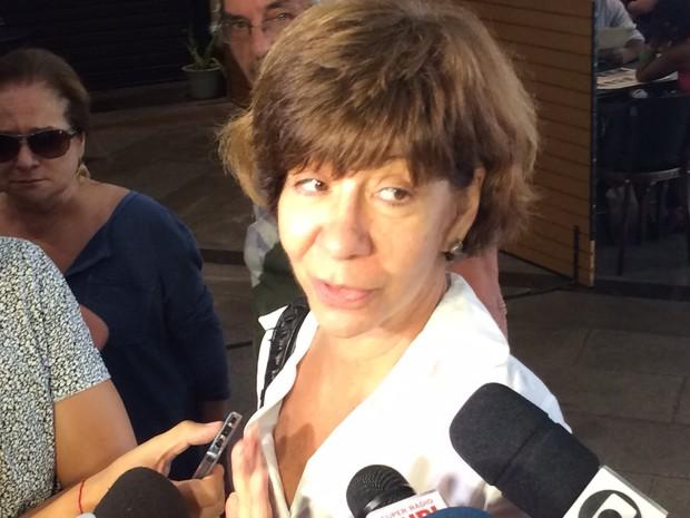 Irmã de Marília Pêra, Sandra falou brevemente com a imprensa (Foto: Cristina Boeckel/G1)
