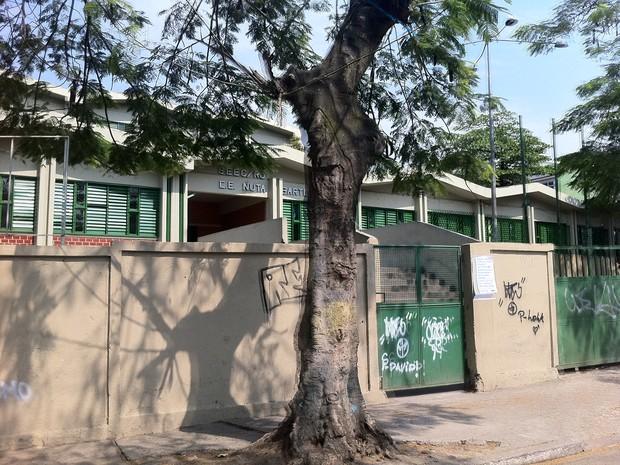 Escola Nuta Bartlet James, onde os meninos estudavam, ficou fechada nesta terça (Foto: Janaína Carvalho / G1)