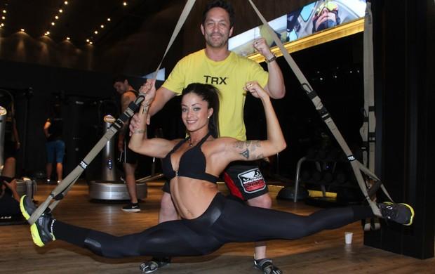 Com o marido, Rodrigo Riscado, Aline Ricado exibe elasticidade em academia em São Paulo (Foto: Amuri Nehn/ Ag. News)
