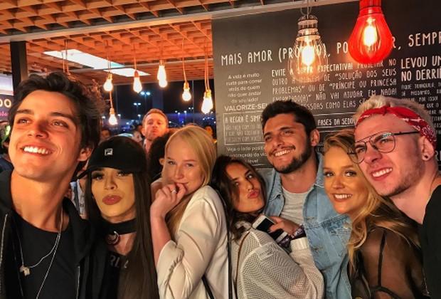 Bruno Gissoni e Yanna Lavigne curtem Rock in Rio entre amigos (Foto: Reprodução/Instagram)