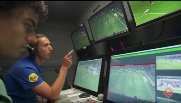 Árbitro de vídeo analisa o lance com o recuso do vídeo (Foto: Reprodução/SporTV)