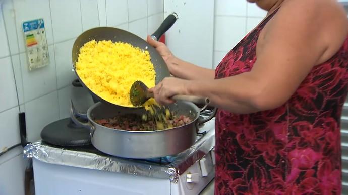 Junte o cuscuz já pronto à fritura e adicione o coentro (Foto: TV Bahia)