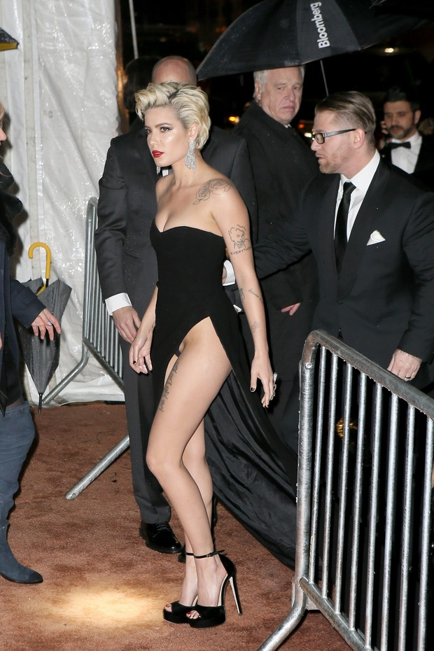 New York, NY  - Halsey nearly suffers a wardrobe malfunction when security steps on her dress arriving to amFAR event at Cipriani's.Pictured: HalseyBACKGRID USA 7 FEBRUARY 2018 USA: +1 310 798 9111 / usasales@backgrid.comUK: +44 208 344 20 (Foto: BACKGRID)