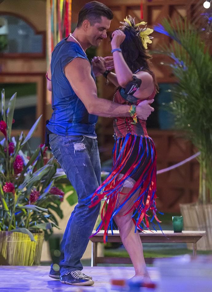 ...Dançou com Marcos... (Foto: Artur Meninea/Gshow)