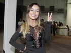 'Emocionada com o assédio', dispara Leticia com vestido curto em show