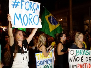 Manifestante leva faixa em apoio ao juiz Sérgio Moro ao protesto (Foto: Gustavo Biano/EPTV)