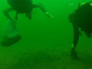 Mergulhadores limpam Rio Grande em Rifaina, SP (Foto: Márcio Meireles/EPTV)