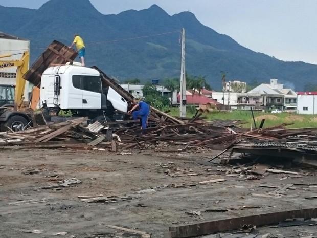 Decoração natalina foi destruída em Guaramirim (Foto: Defesa Civil de SC/Divulgação)