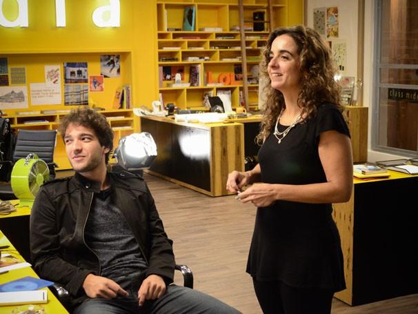 Humberto Carrão recebe orientações da diretora Maria de Médices, em gravação de Sangue Bom (Foto: Raphael Dias / TV Globo)