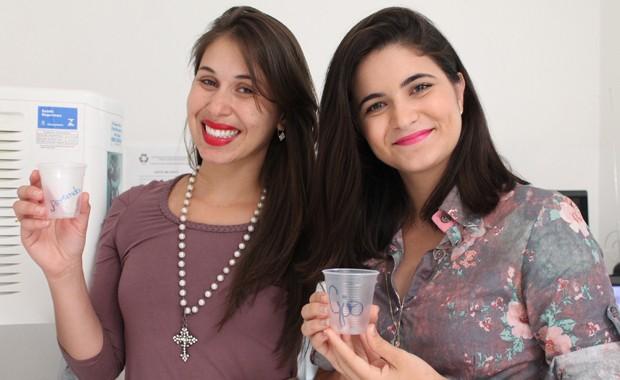 Após beber água, os funcionários escrevem seus nomes e utilizam um mesmo copo durante todo o dia (Foto: Gabriela Canário)