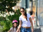Katie Holmes ensina Suri a andar de bicicleta