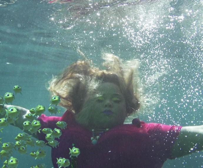 Com os pés presos em um balde de cimento, ela afunda e morre afogada (Foto: TV Globo)