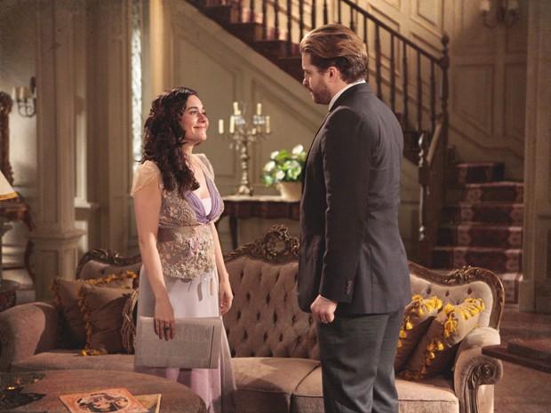 Catarina fica aliviada quando Edgar lê crítica positiva no jornal (Foto: Lado a Lado/TV Globo)