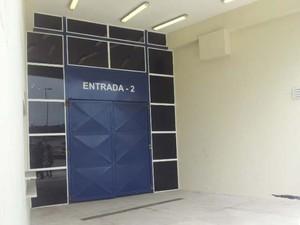 Portões do ginásio Arena Santos foram fechados marcando fim do velório de Chorão (Foto: Mariane Rossi/G1)