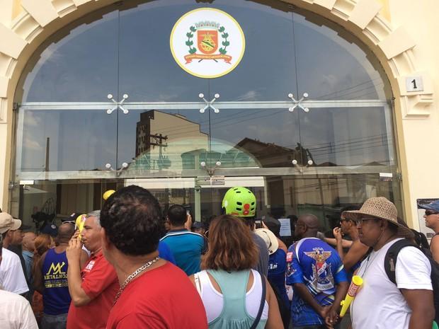 Servidores foram em passeata até a Câmara Municipal de Santos, SP (Foto: Renan Fiuza/G1)