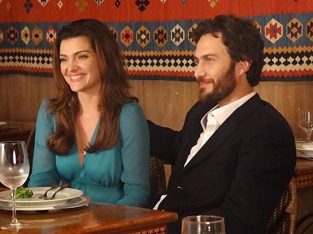 Emocionada, Elisa conta a novidade para Miriam e Priscila (Foto: Amor Eterno Amor/TV Globo)