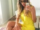 Ex-BBB Adriana faz selfie com vestido curto e pernas à mostra