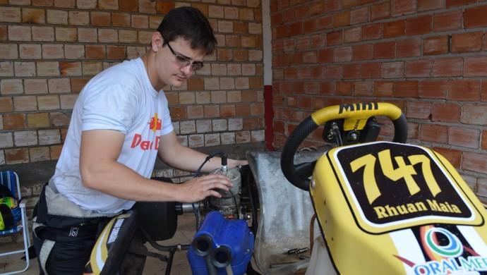 Piloto Rhuan Maia, de 22 anos, ajusta o kart neste sábado (Foto: Magda Oliveira)