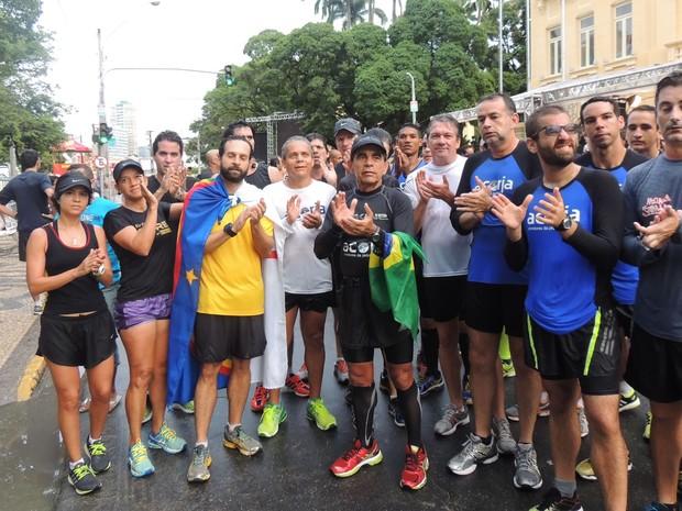 Parte da roupa de um grupo de corrida do bairro da Jaqueira é preta, em sinal de luto. (Foto: Katherine Coutinho / G1)