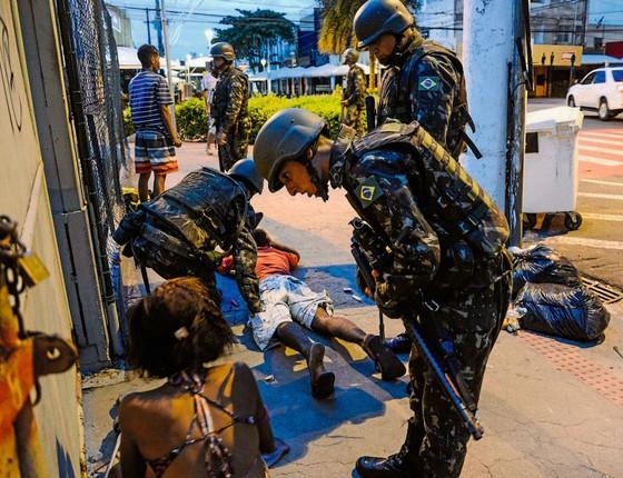 Soldados nas ruas de Vitória ,no esforço de suprir a ausência da PM .No Espírito Santo,uma greve da polícia tem consequências especialmentes imprevisíveis (Foto: Gabriel Lordello/EFE)