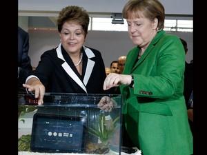 Dilma Rousseff e Angela Merkel brincam com tablet à prova de água na CeBIT (Foto: Fabrizio Bensch/Reuters)