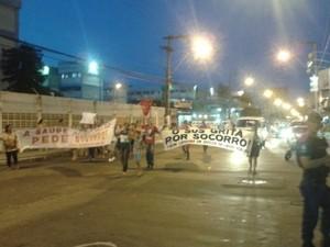 Manifestantes passando pela Avenida (Foto: Internauta)