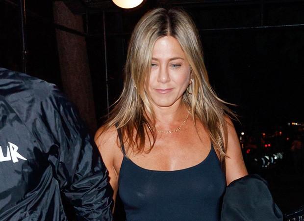 Ops! Sem sutiã, Jennifer Aniston sofre com flashes e mostra demais