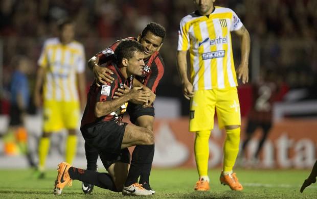 Paulinho Dias comemora, Atlético-PR x The Strongest (Foto: EFE)