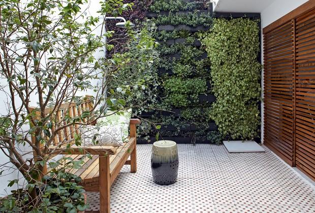 No quintal,o jardim vertical da Greenwall foia solução da arquiteta Daniela Ruiz para trazer o verdee ainda assim preservaro espaço livre. Entre as espécies, há peperômias, lambaris, heras, flores-de-maioe peixinhos. Portas de correr, feitas de madeira, es (Foto: Victor Affaro)