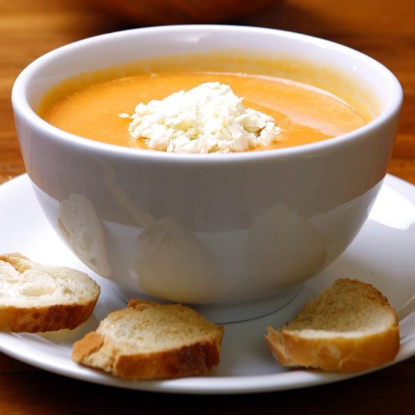 Dê uma turbinada na tradicional sopa de abóbora com creme de leite e gorgonzola ralado