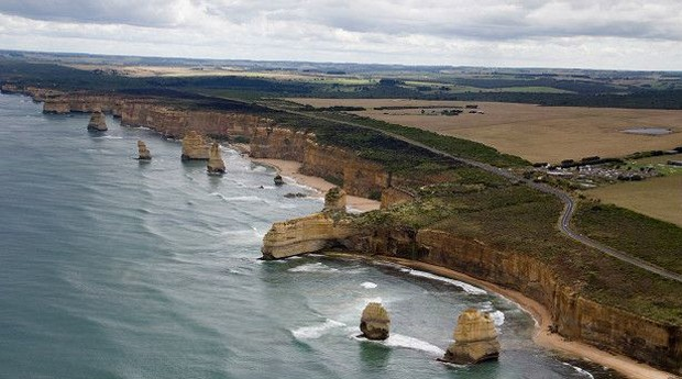 Esse grupo de rochas calcárias na costa leste da Austrália é uma curiosa e importante atração turística. No entanto, quem se interessa em visitar o local deve se apressar, porque a erosão constante das ondas já derrotou várias dessas formações rochosas (Foto: BBC)