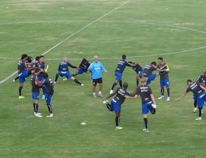 Ant6onio Mello orienta treino aos jogadores do Grêmio em Quito (Foto: Hector Werlang/Globoesporte.com)