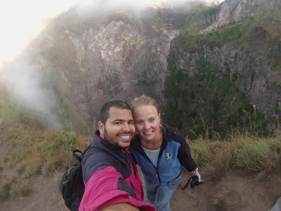 Diogo e Patrízia em Mount Batur, na Indonésia. O plano de casamento veio junto com a vontade de viajar (Foto: Acervo Pessoal)