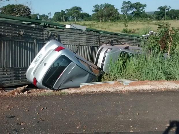 Caminhão-cegonha transportava 11 carros que ficaram danificados (Foto: Adriana Santana/TV Anhanguera)
