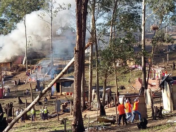Em Arujá, barracos foram incendiados durante a reintegração de posse em área da CDHU (Foto: Maiara Barbosa/G1)
