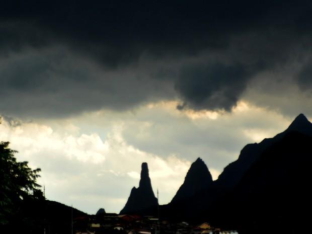 Nuvens negras e carregadas assustaram os moradores de Teresópolis, RJ (Foto: Roberto Ferreira )