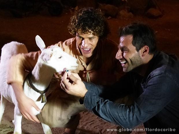 Cassiano encontra turmalina com a ajuda de Ariana (Foto: Flor do Caribe / TV Globo)