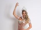 Tati Minerato posa com vestido com fenda e relembra história no carnaval