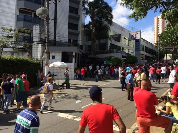 Petistas se concentram em frente a prédio onde Lula mora, fechando uma das pistas de avenida (Foto: Vivian Reis / G1)