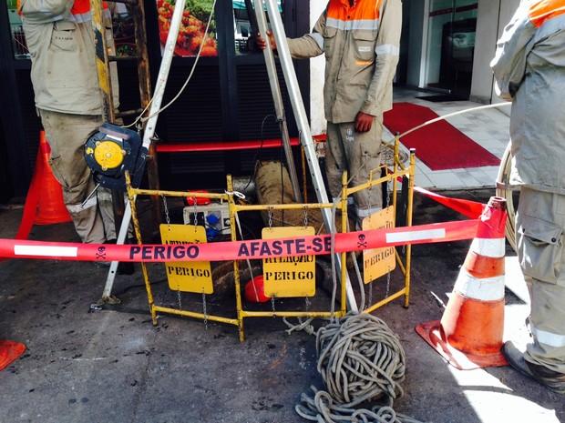 A Light trabalhava às 11h deste sábado (1º) para fazer reparo em caixa subterrânea após explosão em Bueiro na Rua Maria Quitéria. (Foto: Lívia Torres / G1)