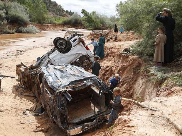 Águas de enchente carregaram e destruíram carros (Foto: Michael Chow / The Arizona Republic / via AP Photo)