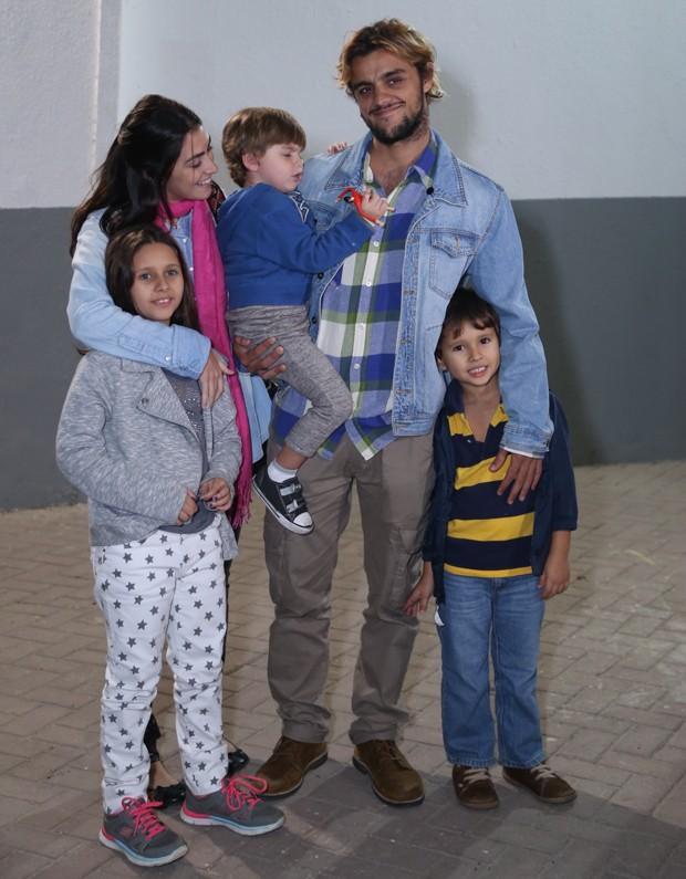 Felipe Simas e Mariana Uhlmann com os filhos Joaquim  e Maria (no colo) (Foto: Anderson Borde/AgNews)