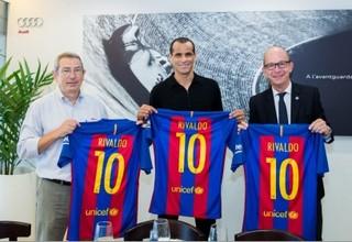Rivaldo com a camisa 10 ao lado de dirigentes do Barcelona (Foto: Divulgação / Barcelona)