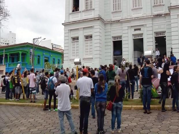Manifestantes se reúnem em frente à Câmara de Itajubá (Foto: Reprodução EPTV)