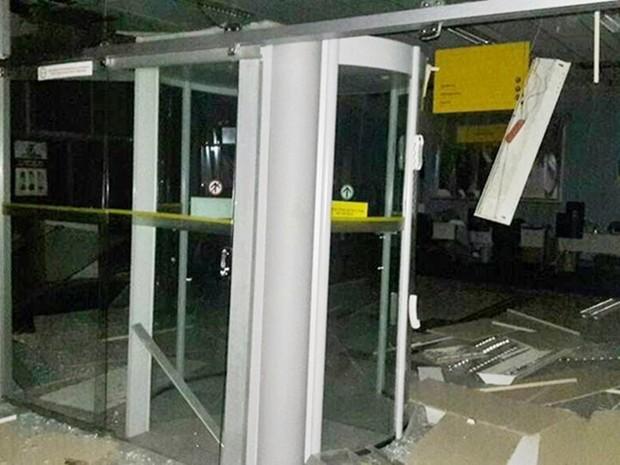 Com a explosão, agência bancária em Lajes ficou parcialmente destruída (Foto: Francisco Coelho/Focoelho.com)