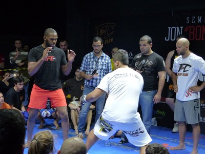 Jon Jones deu aula em Curitiba (Foto: Monique Silva)