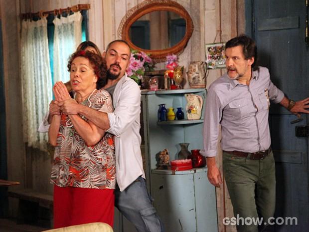 Vó Tira chega em casa e acaba sendo rendida também (Foto: Carol Caminha / TV Globo)