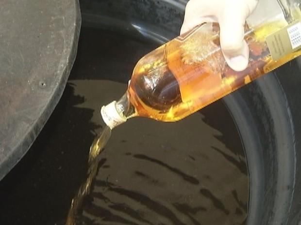 Estudantes transformam o uísque em combustível  (Foto: Reprodução / TV TEM)