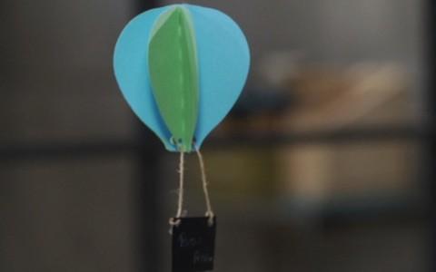 Como fazer convites de festa infantil em formato de balão